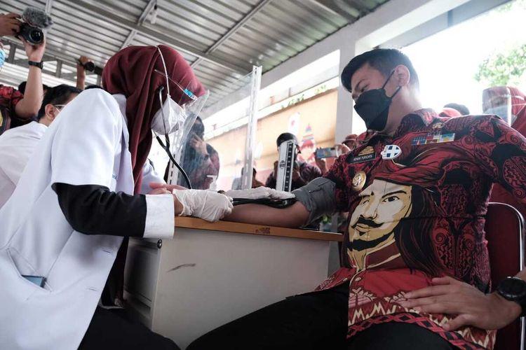 Bupati Gowa, Sulawesi Selatan, Adnan Purochta Ichsan Yasin Limpo mendaftar dan menjalani screning vaksinasi covid-19 namun tak memenuhi syarat untuk menjalani vaksinasi. Kamis, (14/1/2021).