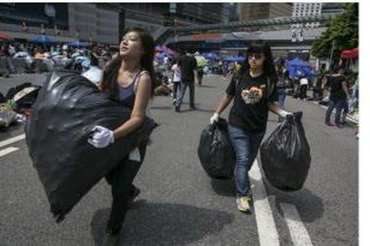 Demonstran Hongkong bersihkan sampah