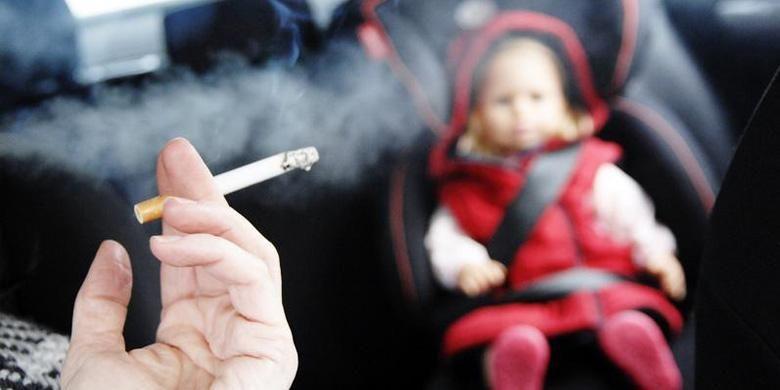 Ilustrasi merokok di kabin dengan anak kecil.