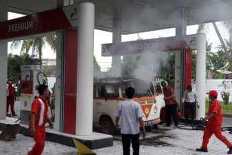 VW combi terbakar saat mengisi bahan bakar di Banyuwangi Kamis.(24/11/2016)
