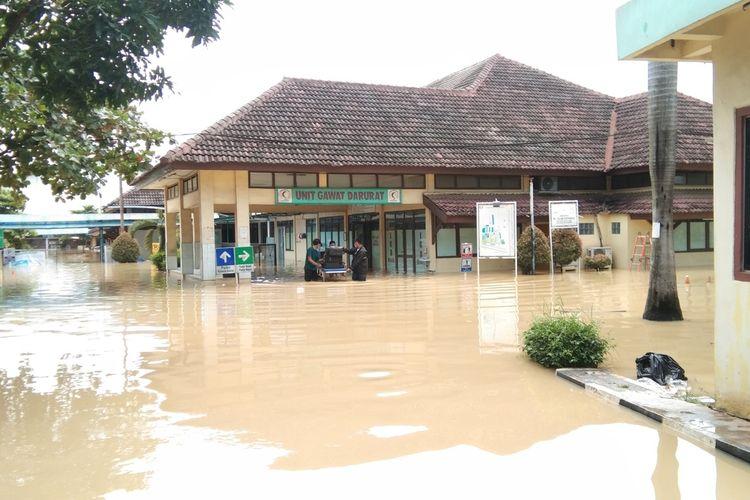 Pegawai Rumah Sakit Islam Karawang tengah mengevakuasi barang-barang berharga lantaran rumah sakit di Jalan Raya Pangkal Perjuangan itu kebanjiran, Minggu (21/2/2021).