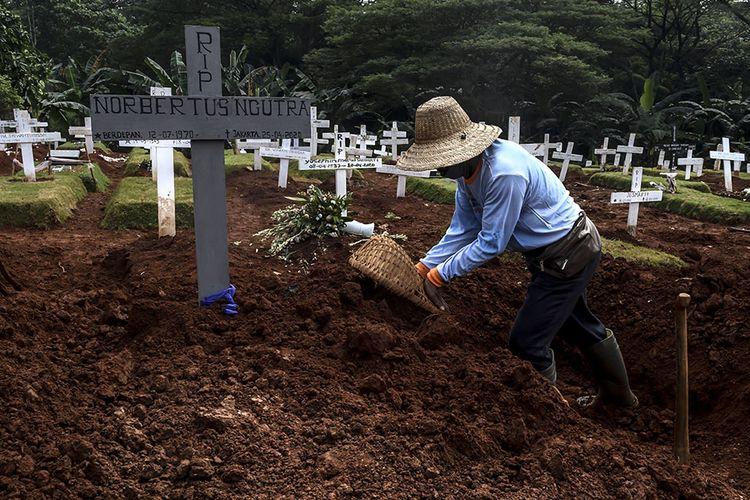 Foto dirilis Sabtu (19/9/2020), memperlihatkan petugas penggali makam jenazah Covid-19 menggali lubang di kompleks pemakaman Pondok Ranggon. Selain tenaga medis yang menjadi garda terdepan penanganan virus corona, salah satu pahlawan lain juga patut diberikan apresiasi tinggi adalah petugas pemakaman jenazah Covid-19.