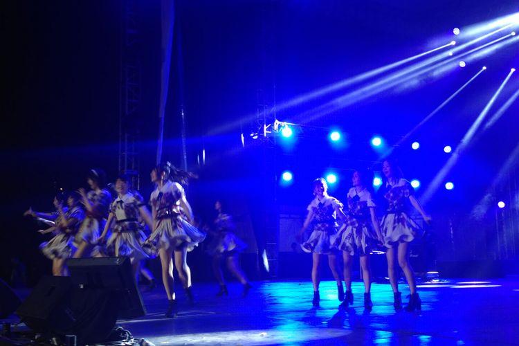Grup idola asal Jepang AKB48 tampil dalam festival Jak - Japan Matsuri 2018 di Plaza Tenggara, Senayan, Jakarta Selatan, Sabtu (8/9/2018).