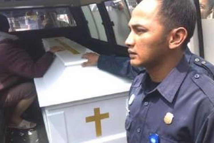 Kakak korban tampak menangis di atas peti mati berisi jasad Fransisca Yofie (30) alias Sisca, wanita yang diduga korban penganiayaan saat hendak dibawa dari kamar mayat Rumah Sakit Hasan Sadikin ke rumah duka Nana Rohana, Bandung, Selasa (6/8/2013).