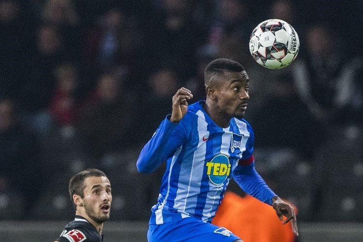 Salomon Kalou beraksi bagi Hertha Berlin pada laga Bundesliga 2019-2020.
