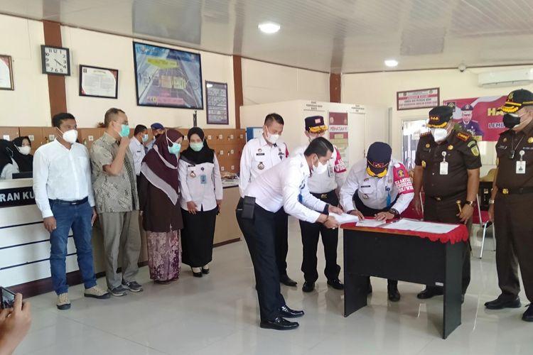 Lembaga Pemasyarakatan Kelas II A Banda Aceh menyerahkan salinan Keppres No 17/2021 tentang Pemberian Amnesti kepada Saiful Mahdi, Rabu (13/10/2021), dengan demikian Saiful Mahdi, Dosen Universitas Syiah Kuala, dipulihkan kembali hak-haknya sebagai warga negara.