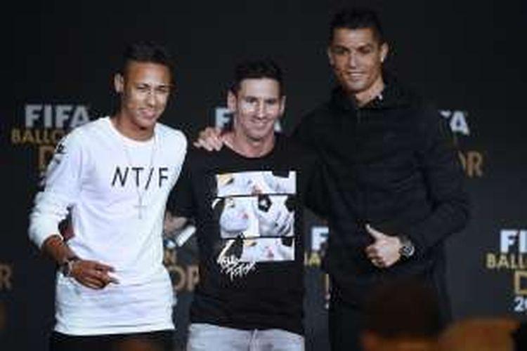 Tiga pesepak bola dunia, Neymar, Lionel Messi (tengah), dan Cristiano Ronaldo (kanan), berpose pada sesi konferensi pers Ballon d'Or di Kongresshaus, Zurich, pada 11 Januari 2016.