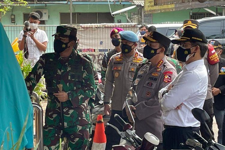 Kapolri Jenderal Pol Listyo Sigit Prabowo dan Panglima TNI Marsekal Hadi Tjahjanto sidak ke tiga pos PPKM mikro di DKI Jakarta, Kamis (24/6/2021).