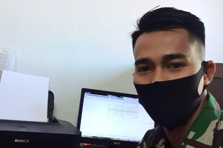 Penjaga gawang Persebaya Surabaya yang juga anggota TNI, Angga Saputra saat bertugas selama dihentikannya kompetisi Liga 1 2020.