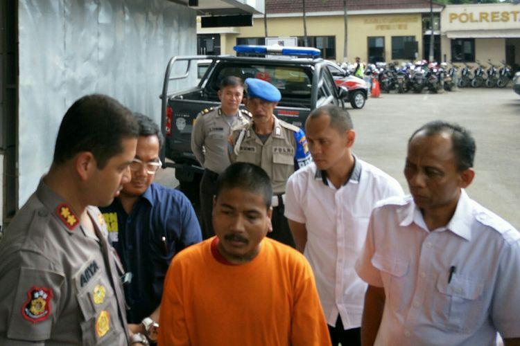 Pelaku pembunuhan anak tiri, Harry Kurniawan di Polresta Depok, Senin (11/2/2019).