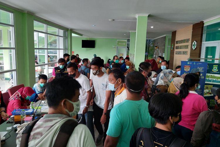 Kerumunan yang timbul di Puskesmas Panunggangan Barat, Kota Tangerang, Selasa (24/8/2021).