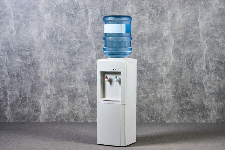 Ilustrasi dispenser air yang harus rutin dibersihkan.