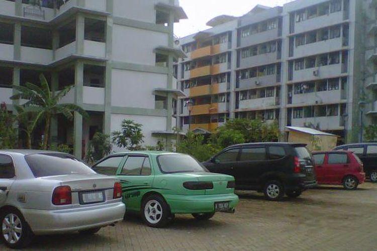 Belasan mobil diparkir berjejer di area parkir kluster A Blok Bawal, Rusun Marunda, Jakarta Utara, Kamis (12/9/2013).