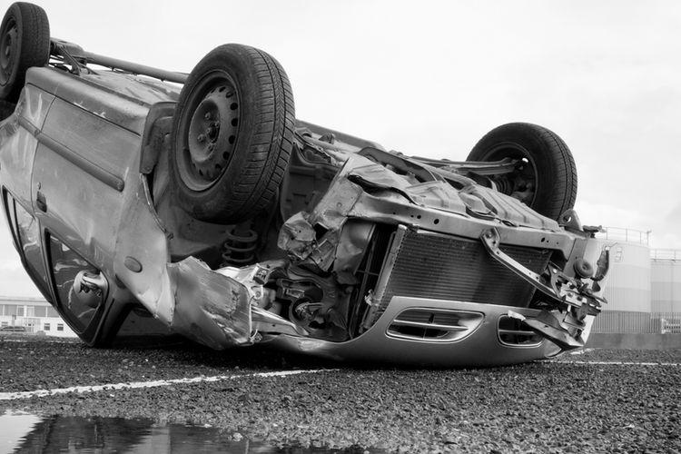 Ilustrasi kecelakaan mobil terbalik.
