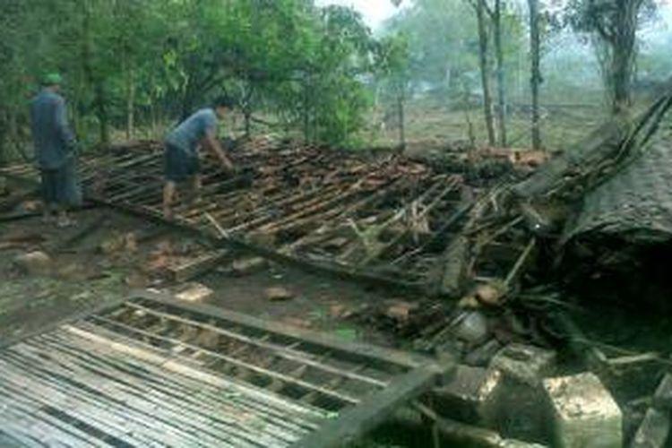 Rumah milik warga desa Banyubunih, Kecamatan Galis, Kabupaten Bangkalan, ambruk setelah diterjang angin kencang, Selasa (28/10/2013) lalu.