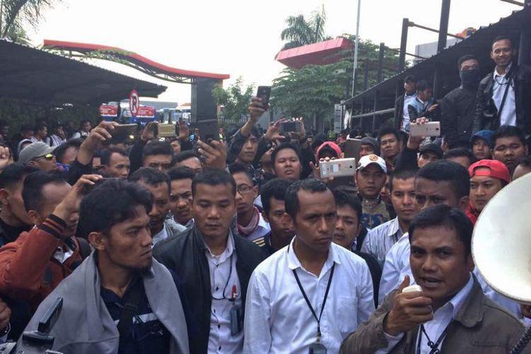 Karyawan kontrak PT Transjakarta menggelar aksi unjuk rasa di Cawang, Jakarta Timur, Senin (12/6/2017).
