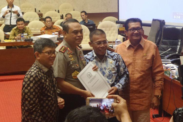 Pimpinan pansus hak angket KPK bersama Wakapolri Komjen Pol Syafruddin di Kompleks Parlemen, Senayan, Jakarta, Rabu (19/7/2017).