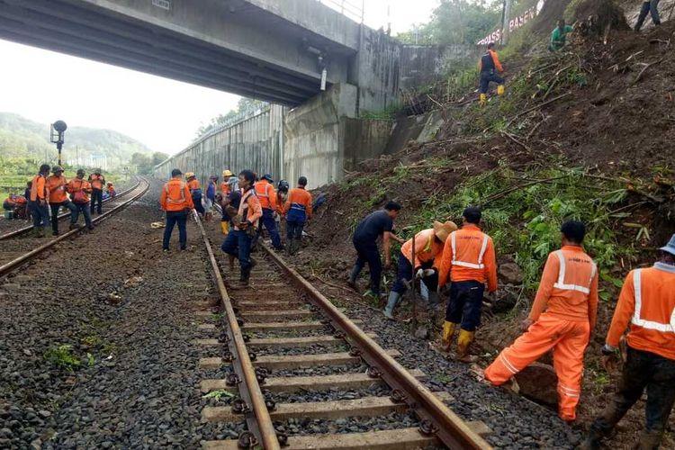 Petugas membersihkan sisa material longsor di jalur KA antara Stasiun Notog-Kebasen, Banyumas, Jawa Tengah, Kamis (28/10/2020).