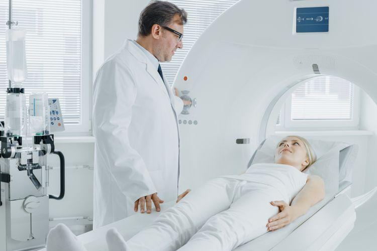 Ilustrasi PET Scan, Kontrol Radiologis MRI atau CT di Laboratorium Medis. Peralatan medis modern berteknologi tinggi untuk pemeriksaan kesehatan bagi penyakit kronis.