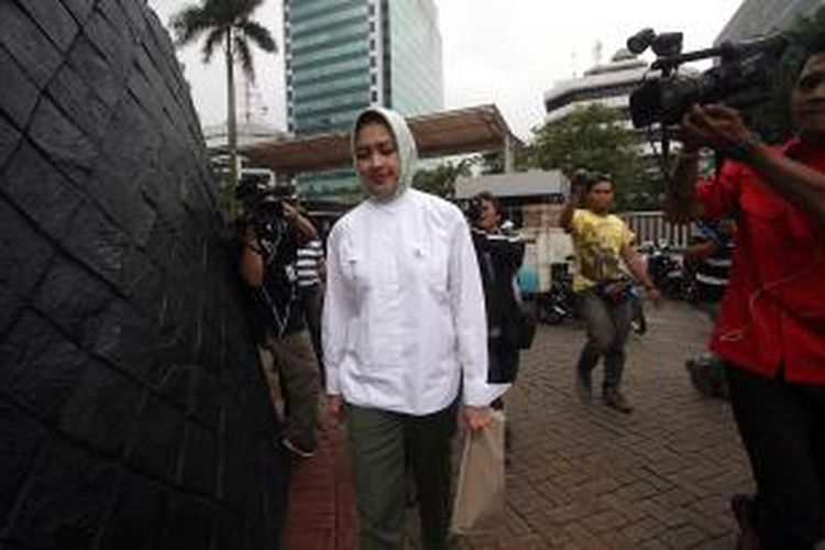 Wali Kota Tangerang Selatan Airin Rachmi Diany (berbaju putih) kembali menjenguk suaminya Tubagus Chairi Whardana di tahanan Komisi Pemberantasan Korupsi (KPK), Jakarta, Senin (30/12/2013). Suami Airin ditahan KPK karena diduga terlibat dalam suap pengurusan sengketa Pilkada di Mahkamah Konstitusi yang juga melibatkan mantan Ketua MK Akil Mochtar. TRIBUNNEWS/DANY PERMANA