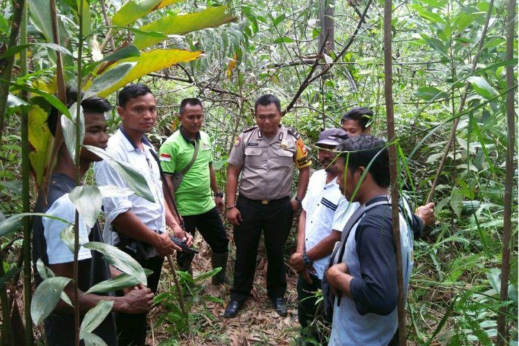 Tim BBKSDA Riau saat mendatangi lokasi kejadian harimau sumatera memangsa ternak sapi warga di Desa Rantau Bertuah, Kecamatan Minas, Kabupaten Siak, Riau, Senin (3/2/2020).