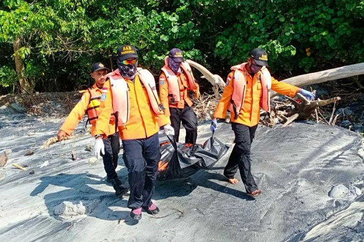 Evakuasi korban temggelam di Pantai Pasir Putih, Pulau Nusakambangan, Kabupaten Cilacap, Kawa Tengah, Senin (8/6/2020).