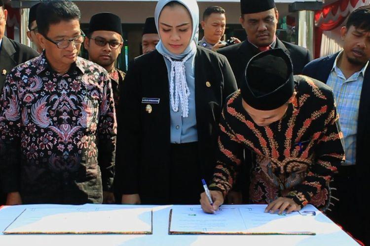 Ketua KPU Karawang Miftah Farid tengah menandatangani NPHD penyelenggaraan Pilkada Karawang 2020, di Plaza Kantor Pemkab Karawang, Selasa (1/10/2019).