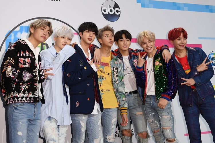 Boyband BTS berpose di American Music Awards 2017 yang digelar di Los Angeles, California, pada 19 November 2017.