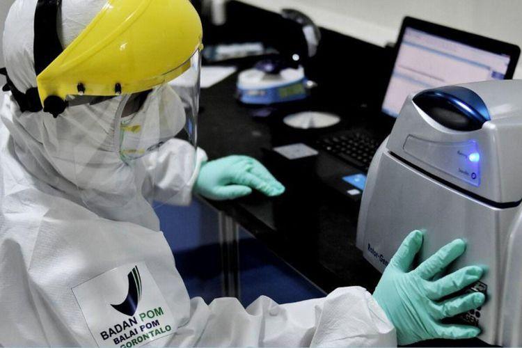 Seorang petugas laboratorium Balai Pengawasan Obat dan Makanan (BPOM) Provinsi Gorontalo tengah melakukan pemeriksaan sampel Covid-19.  Lab ini telah mendapat pengakuan dari Balitbangkes kementerian Kesehatan