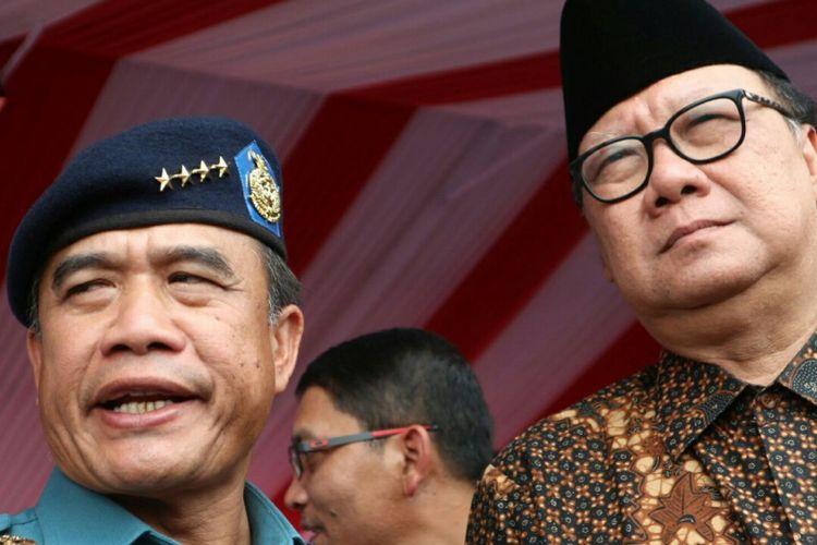 Menteri Dalam Negeri Tjahjo Kumolo (kanan) bersama dengan Kepala Staf TNI Angkatan Laut Laksamana (Kasal) TNIAde Supandi (kiri) dalam acara peringatan hari Nusantara 2017 yang digelar di Dermaga Muara Jati, Cirebon, Jawa Barat, Rabu (13/12/2017).