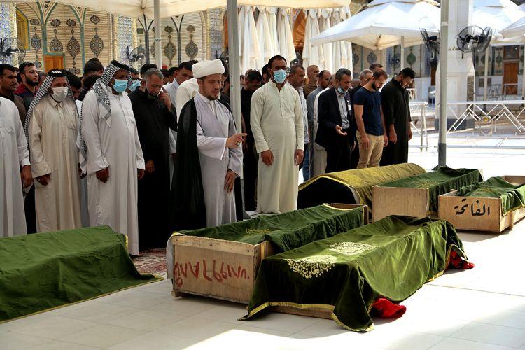 Jemaah melakukan shalat jenazah untuk pasien virus corona yang tewas akibat kebakaran di rumah sakit Covid-19 pada Minggu (25/4/2021). Kementerian Dalam Negeri Irak mengumumkan 82 orang tewas dan lebih dari 100 korban luka-luka.
