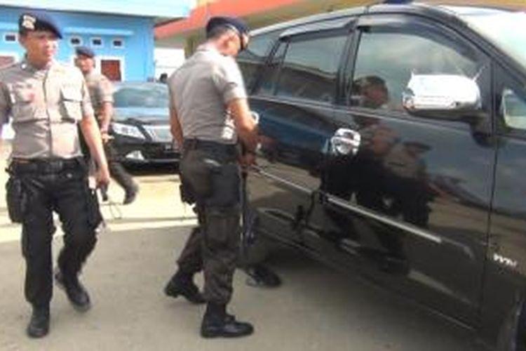 Bandara Binaka Gunungsitoli, Penerbangan Komersil masih berjalan lancar hingga pukul 09:34. beberapa petugas sudah ditempat di posisi tertentu untuk mengamankan jelang kedatangan wapres, setiap mobil yang masuk ke Bandara Binaka Gunungsitoli di periksa oleh pihak pengamanan.