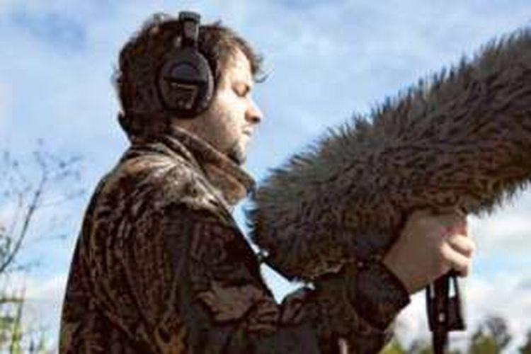 Juan Pablo Culasso sedang merekam berbagai suara burung.