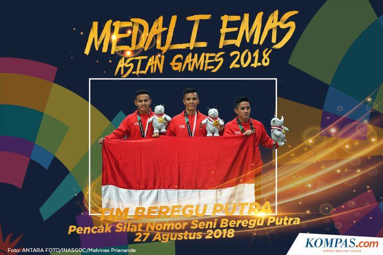 Tim silat Indonesia peraih medali emas Nunu Nugraha (tengah), Asep Yuldan Sani (kiri) dan Anggi Faisal Mubarok (kanan) berpose usai upacara penyerahan medali nomor seni beregu putra pencak silat Asian Games 2018 di Padepokan Pencak Silat Taman Mini Indonesia Indah (TMII), Jakarta, Senin (27/8/2018)