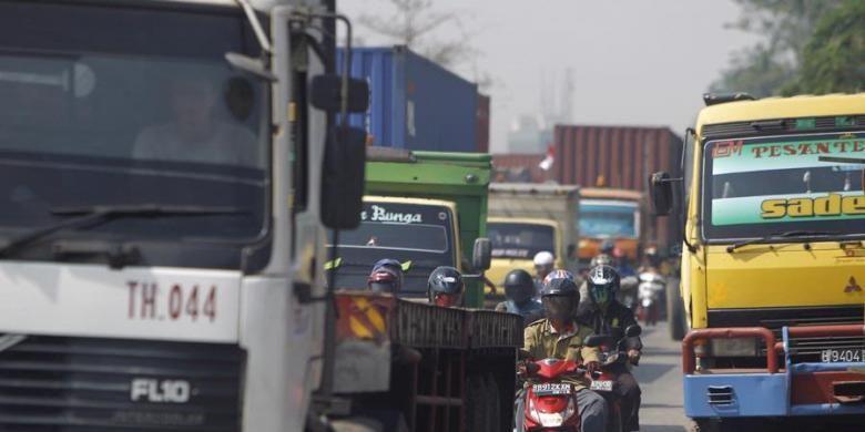 Pengguna jalan yang kebanyakan truk kontainer tersendat di Jalan Cakung Cilincing, Semper, Jakarta Utara, Senin (15/8/2011). Kemacetan terjadi karena truk kontainer yang parkir sembarangan dan perbaikan jalan di Jalan Akses Marunda dan pelebaran jembatan menuju Kawasan Berikat Nusantara (KBN) Marunda.