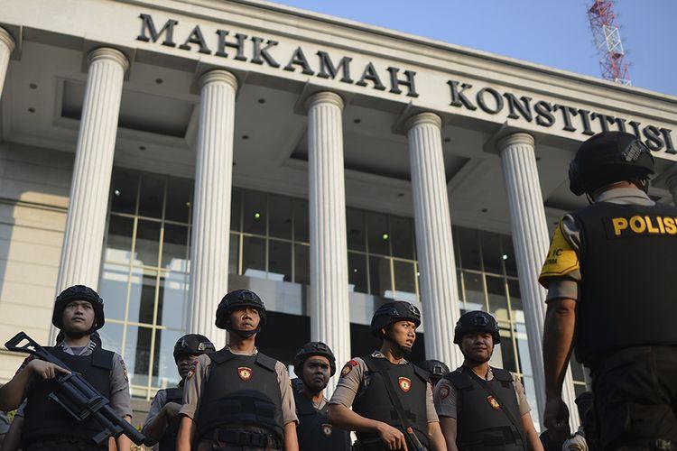 Personel Samapta Polri bersiap melakukan pengamanan di sekitar Gedung Mahkamah Konstitusi (MK), Jakarta, Rabu (26/6/2019). Sebanyak 13.747 personel gabungan TNI-Polri disiagakan jelang putusan sidang Perselisihan Hasil Pemilihan Umum (PHPU) Pilpres 2019 di Mahkamah Konstitusi (MK), Kamis (27/6).