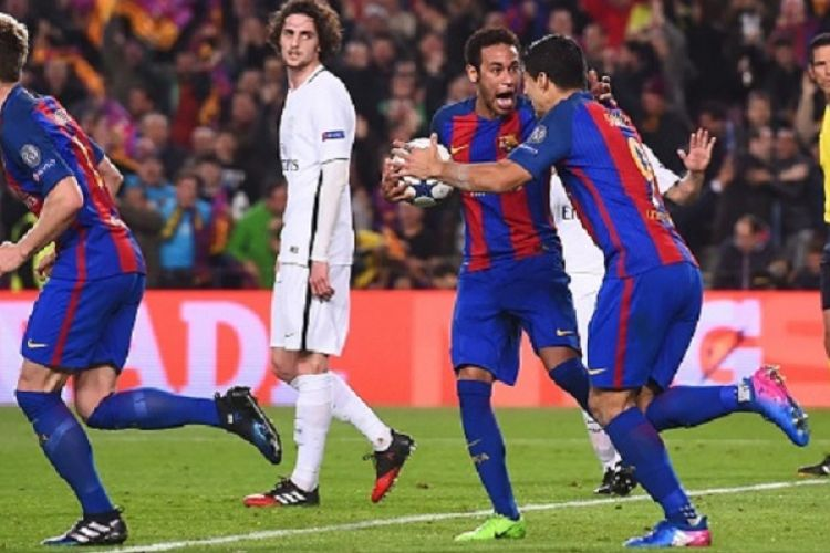 Neymar tampak gembira seusai Luis Suarez membawa Barcelona unggul atas Paris Saint-Germain pada pertandingan Liga Champions di Stadion Camp Nou, Rabu (8/3/2017).