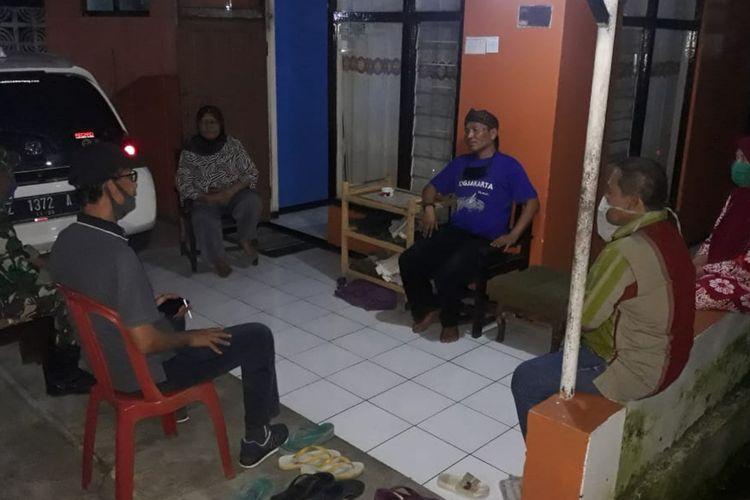 Camat Cimalaka Asep Aan Dahlan bersama Babinsa bermusyawarah dengan kepala dusun dan warga Desa Cimuja meluruskan data penerima bantuan bagi terdampak Covid-19, Sabtu (25/4/2020) malam. ISTIMEWA/KOMPAS.com