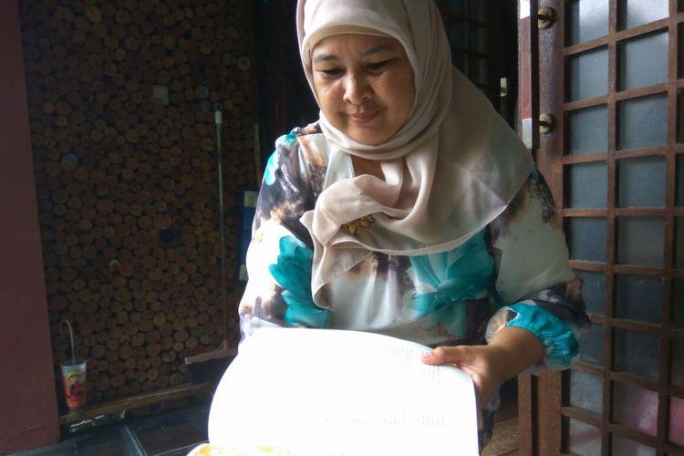 Ketua Umum Herritage Depok Community, Ratu Farah Diba menunjukan peta Depok masa lampau.