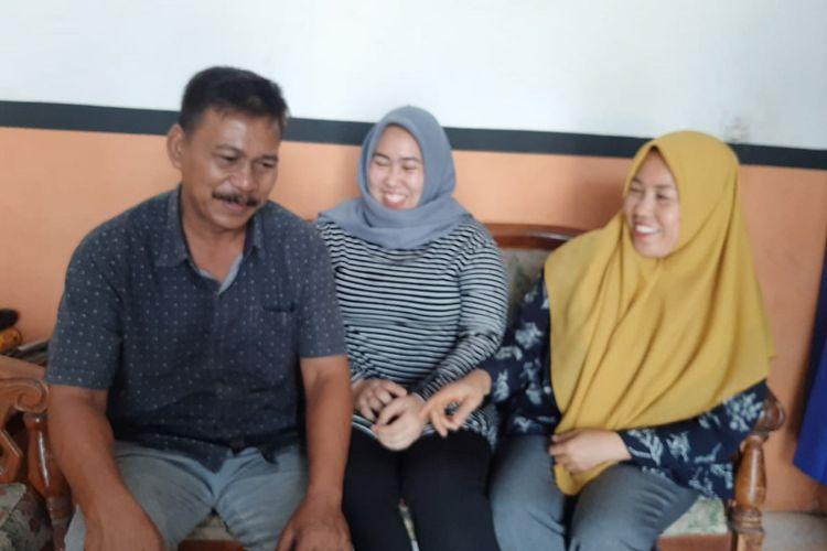 Fitra Suryaning Wulan (tengah) bersama kedua orangtuanya, saat memberikan penjelasan kepada awak media.
