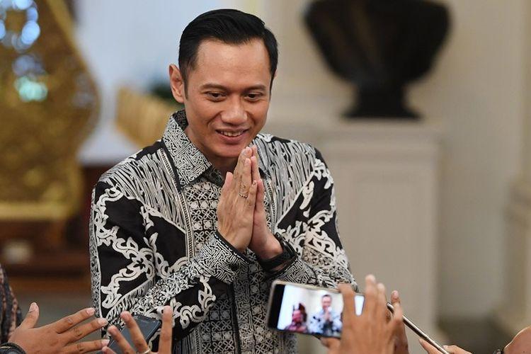 Komandan Komando Satuan Tugas Bersama (Kogasma) Partai Demokrat Agus Harimurti Yudhoyono (AHY) (kanan) didampingi Mensesneg Pratikno (kiri) memberikan salam kepada wartawan usai bertemu Presiden Joko Widodo di Istana Merdeka, Jakarta, Kamis (2/5/2019). Kedatangan AHY tersebut untuk bersilaturahmi dengan Presiden Joko Widodo. ANTARA FOTO/Wahyu Putro A/WSJ.
