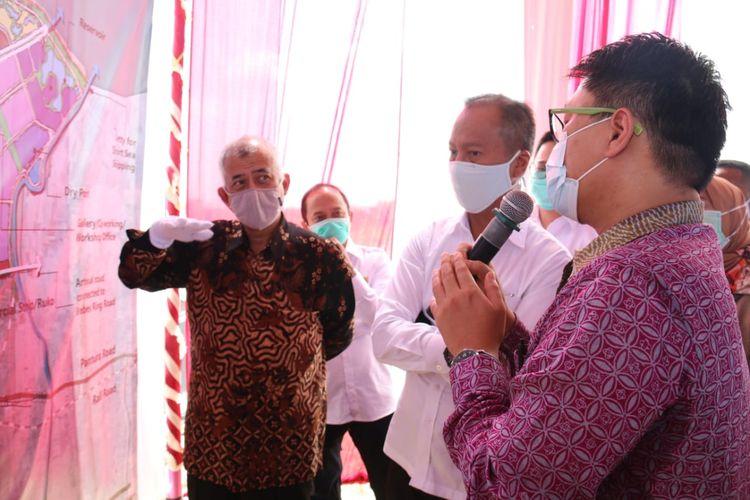 Menteri Perindustrian Agus Gumiwang Kartasasmita melihat lahan di Brebes yang akan dijadikan kawasan industri dan relokasi perusahaan AS di China ke Indonesia, Brebes, Jawa Tengah, Jumat (29/5/2020).