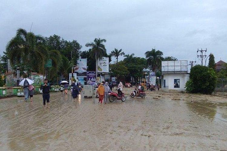 Lumpur memenuhi jalan utama Kota Masamba, Kabupaten Luwu Utara, Sulawesi Selatan, usai banjir bandang menerjang wilayah ini, Selasa (14/7/2020) dini hari.
