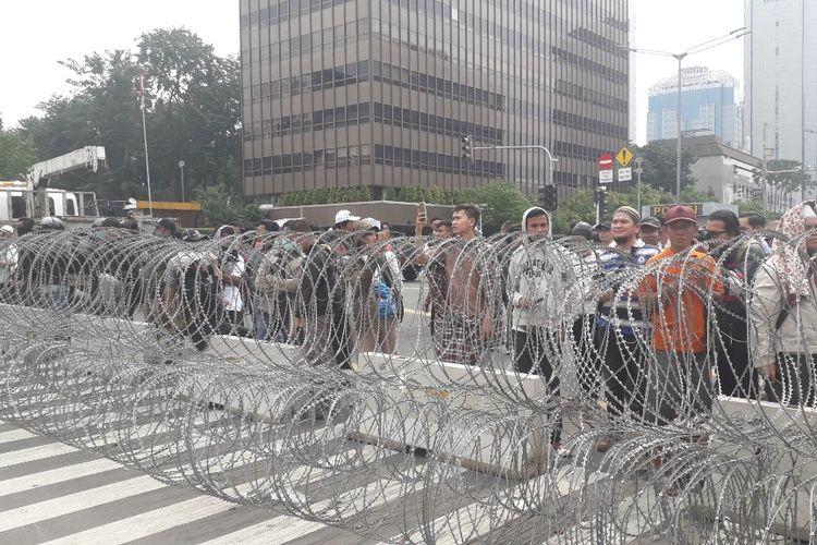 Massa aksi unjuk rasa 22 Mei berhadapan dengan pagar lawat berduri di depan Kantor Bawaslu RI, Rabu (22/5/2019).