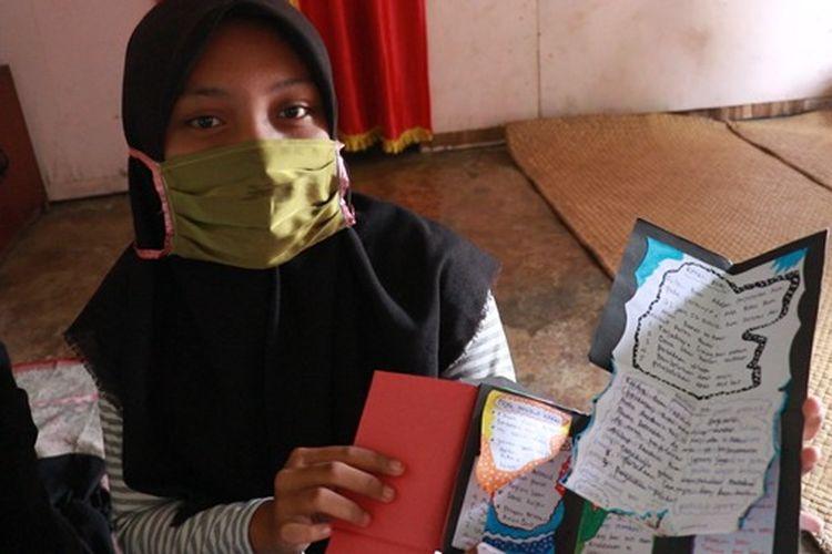 Berkat memanfaatkan barang bekas seperti kardus dan kertas tak terpakai, kini siswa SMPN 11 Batanghari, Jambi dapat membuat media pembelajaran berupa scrapbook.