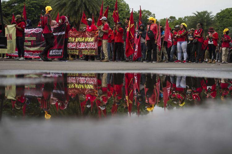 Memperingati hari HAM sedunia masyarakat turun ke jalan lakukan demonstrasi di Taman Pandang Monas, Gambir, Jakarta Pusat, Selasa, (10/12/2019). Para demonstran yang tergabung dari buruh, pelajar, dan mahasiswa menuntut pemerintah agar menyelesaikan seluruh permasalahan HAM di Indonesia.