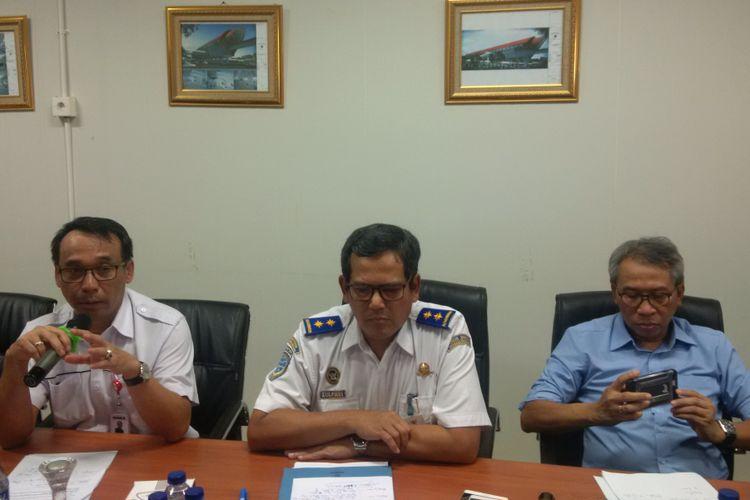 Direktur PT Budi Noviantoro (sebelah kiri) bersama Dirjen Perkertaapian Zulfikri (tengah)  saat memberikan keterangan terkait LRT Palembang mogok, Senin (13/8/2018)