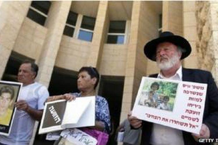 Keluarga para tawanan mendatangi gedung Mahkamah Agung Israel hari Minggu (11/08)
