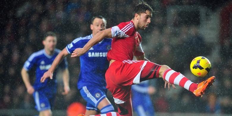 Penyerang Southampton, Jay Rodriguez, mencoba melewati barisan pertahan Cjhelsea, dalam laga lanjutan Premier League, di Stadion Saint Mary, Rabu (1/1/2014).