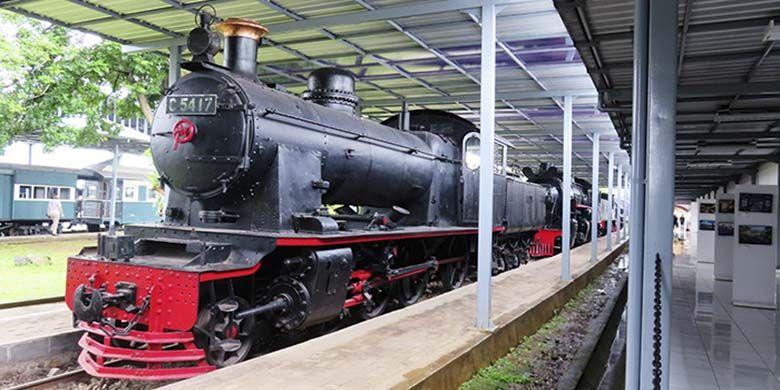 Jajaran lokomotif uap masa lalu yang dipamerkan di Museum Kereta Api Ambarawa.
